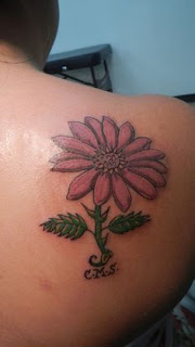 10 daisy tattoo with falling petals for woman