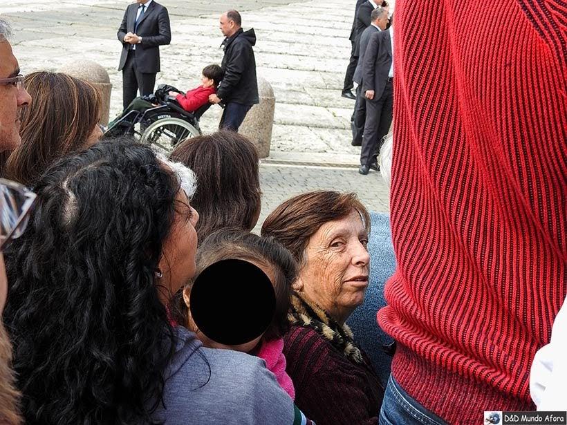 Olha mamis ali no meio do povo, bem pertinho da grade - Como ver o papa no Vaticano