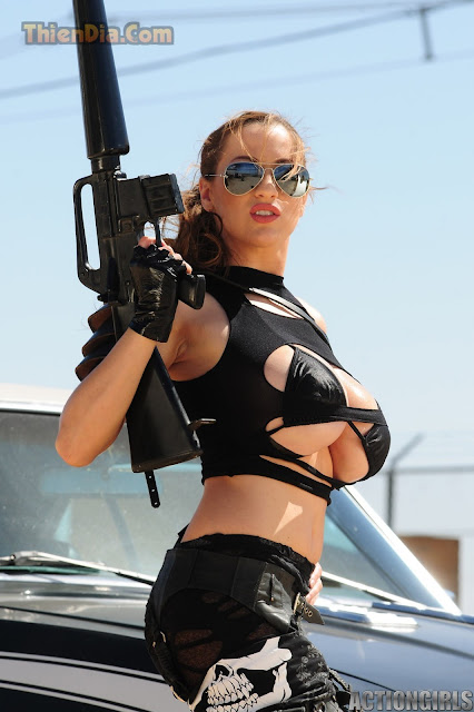 Hot girls Jordan Carver vú to chơi súng nè 12