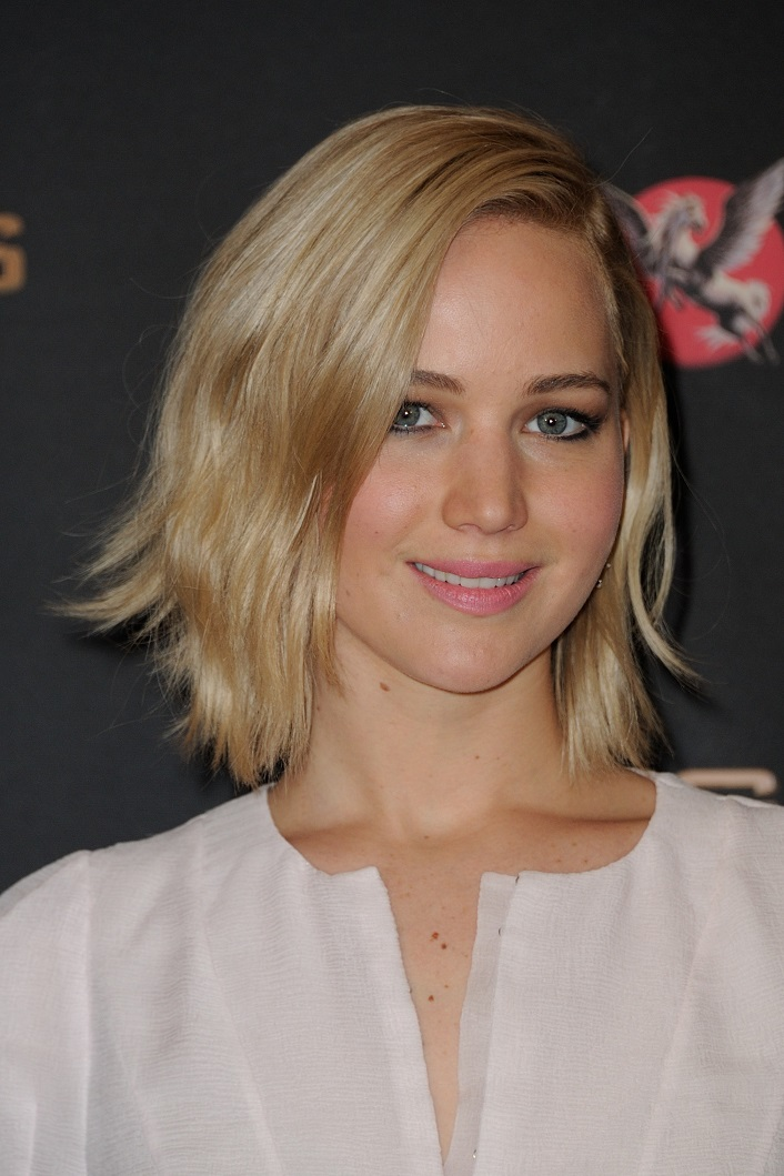 Jennifer Lawrence looked rosy in light pink, matched perfectly with lipstick of the same colour