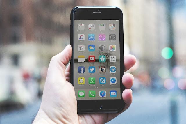 slika-mobilnog-telefona-ajfona-u-ruci-popularne-aplikacije