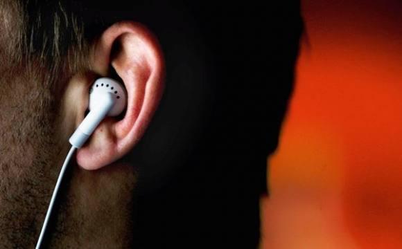 Se você é do tipo que está sempre com os fones no ouvido, certamente sabe o quanto certas músicas podem mudar o nosso humor. E a neurociência comprova isso! Um recente estudo realizado pela britânica Mindlab – organização focada em estudos referentes ao impacto que a comunicação exerce sobre o nosso cérebro – montou uma playlist sob medida para quem busca combater a ansiedade. Para eleger as 10 músicas, cientistas analisaram um grupo de voluntários enquanto eles realizavam tarefas de lógica o mais rápido possível.