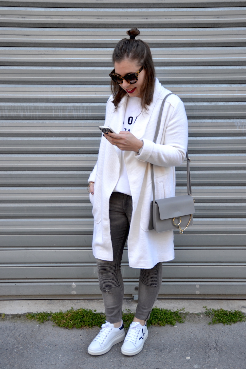 veste blanche Stradivarius, sweat blanc Zara, jean gris H&M, lunette Jimmy Fairly, sac Feelingon, sneackers André