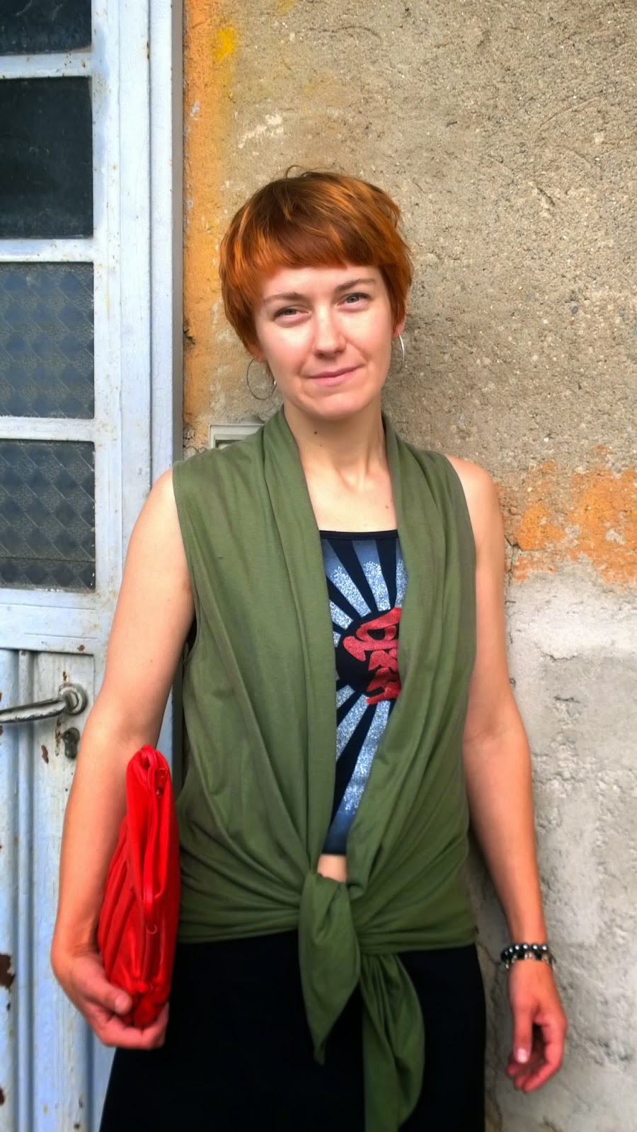 Casual, funky outfit - Sleeveless vest knotted at front, crop top with print, red bag || Funky Jungle - mindful fashion & quirky personal style blog