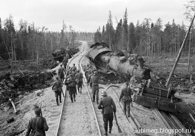 Советский поезд на откосе. Алакуртти.