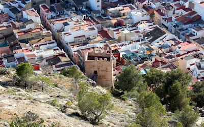 Barrio del Pozo y torre de la Reina mora en Cullera