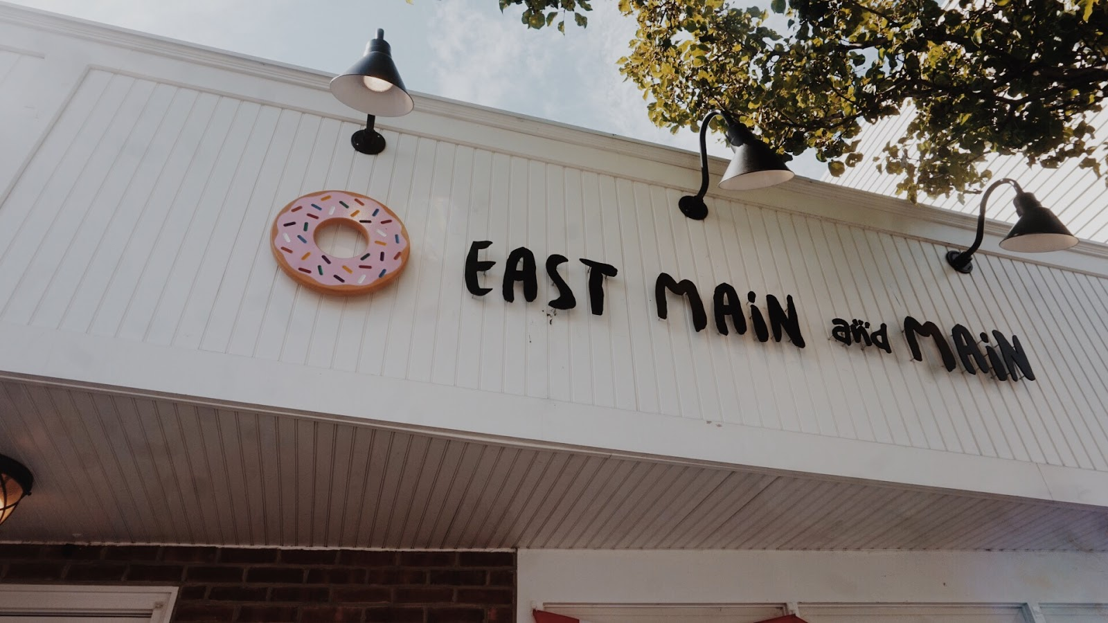 Front sign of East Main & Main doughnut shop