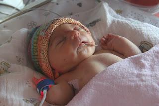 Kurz nach der Geburt fällt zunächst Annikas kleine Körpergröße auf.