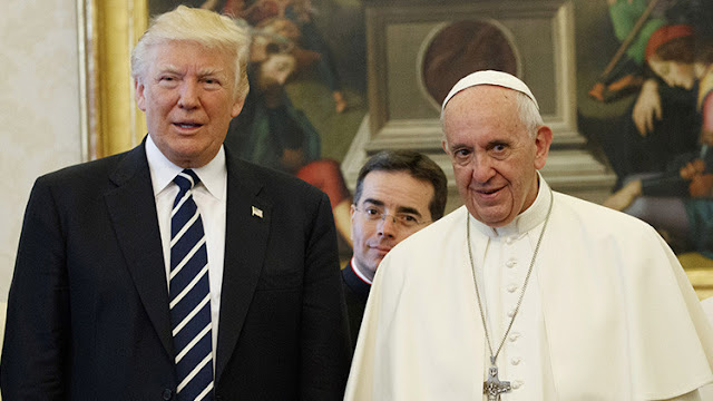¿Quién era ese hombre desconocido que acechaba a Trump durante su encuentro con el papa Francisco?