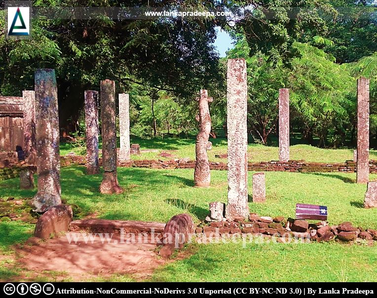 Pillars similar to Nissanka Latha Mandapaya are found in a building located near to Satmahal Prasadaya