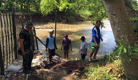 Tanggul penahan asir dibuat di sungai dekat bangunan bersejarah di Situs Biting