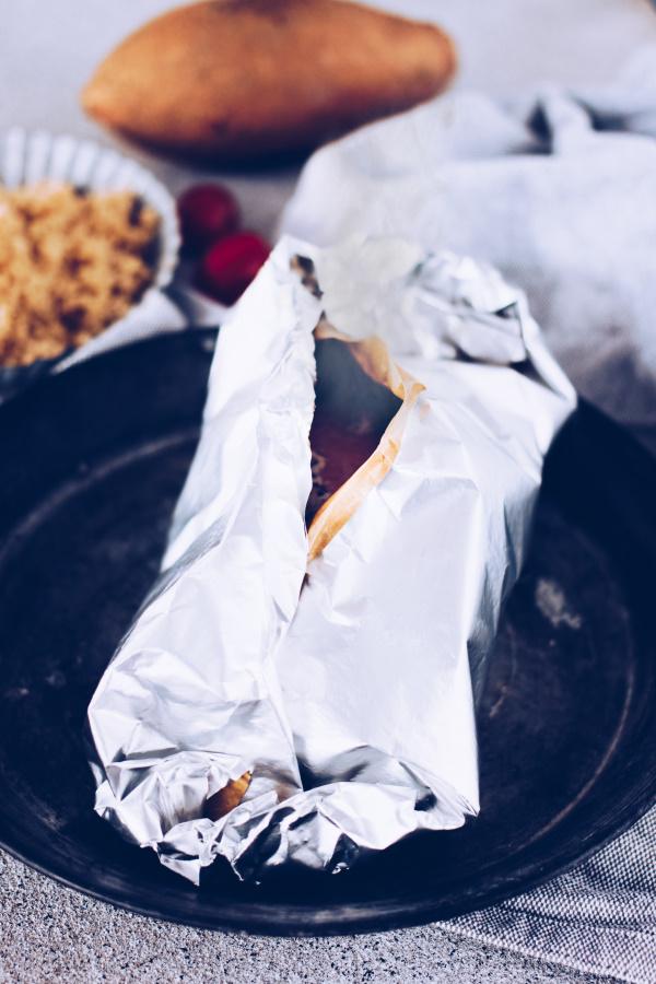 Grillenparty: Rezept für Grillpäckchen mit Lachs und Süßkartoffeln. By titatoni.de