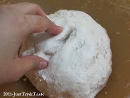 Uleni bahan yang sudah tertuang air mendidih tersebut hingga tercampur rata dan kalis