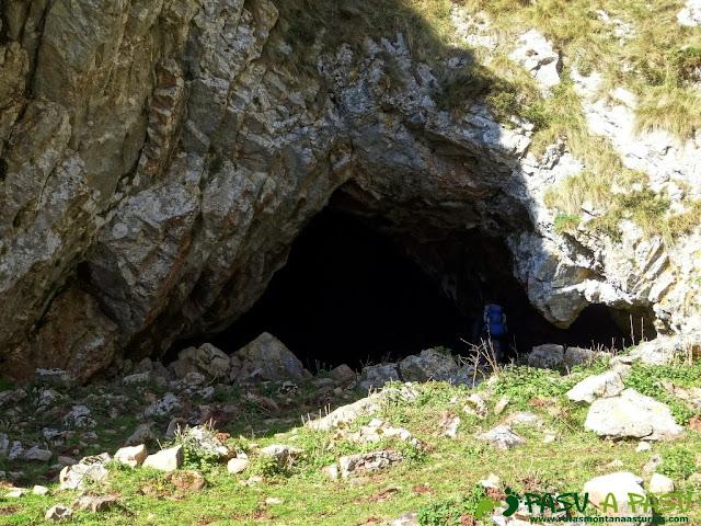 Sierra de Juan Robre: Cueva en la Canal de la Colgaiza