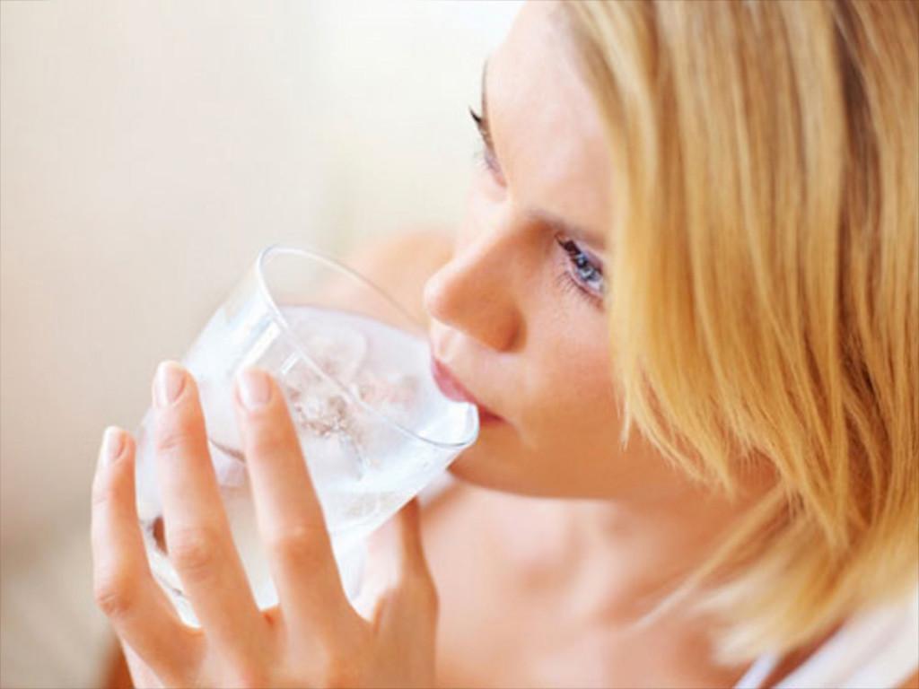 Benarkah Minum Air Es Picu Penumpukan Lemak di Perut dan Bikin Gemuk?