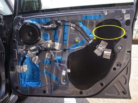 la100sデッドニング FD-Y100制振材でサービスホールを塞ぎ、アルミガラスクロステープで補強し、残った部分はレアルシルトで制振すれば出来上がりです。