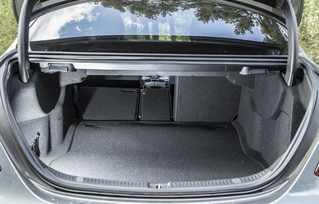 Cốp sau Mercedes E250 2017 thiết kế rộng rãi, thoải mái