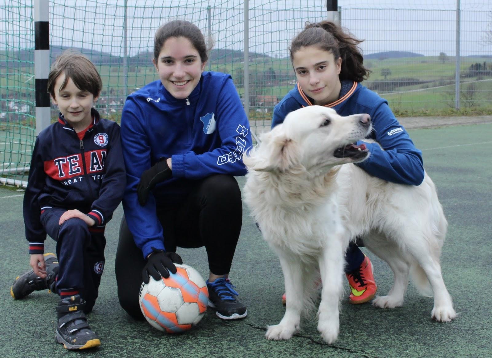 Telekom Sportpaket: Jonathan, Sophie und Clara trainieren gerne auch in ihrer Freizeit mit Hund Tamino