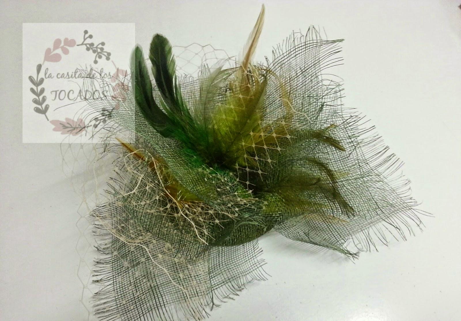 tocado de sinamay deshilachado en tonos verdes con velo y plumas