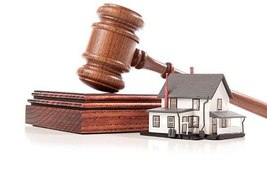逆權侵佔是根據時效條例 (第347 章), 如霸地者可以證明已佔用某私地十二年或官地六十年,便可向法庭申請逆權侵佔,如獲法庭裁定勝訴,霸地者便可成為合法新業主,