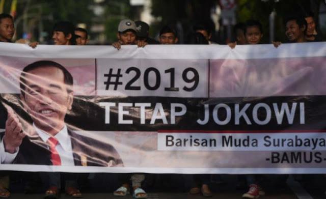 Sekelompok Pemuda Bentangkan Spanduk #2019 Tetap Jokowi