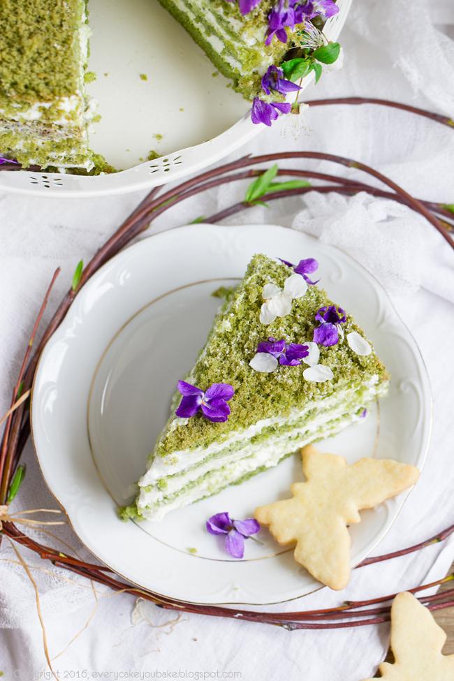 wiosenny zielony tort fiołkowo-herbaciany