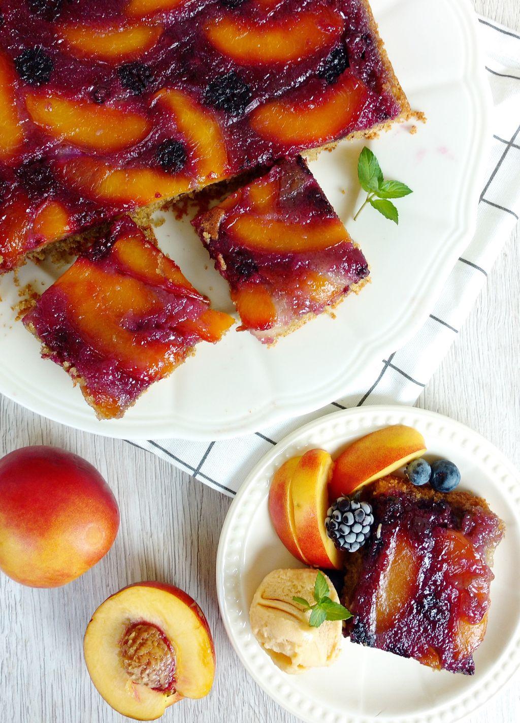 Odwrócone ciasto z nektarynkami i jeżynami
