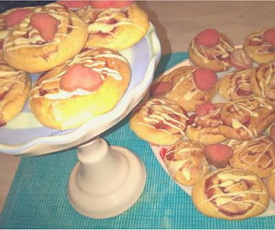 Girelle di Biscotto con Panna Acida e Marmellata di Fragole