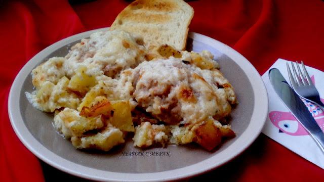 Кюфтета с бял сос и картофки на фурна