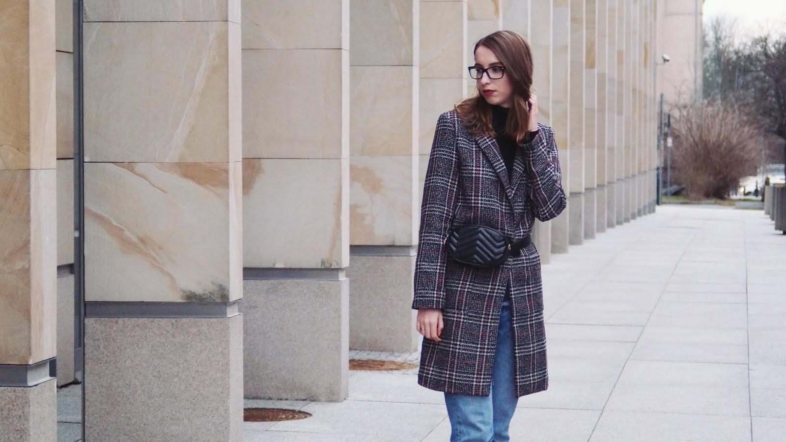 Płaszcz w kratę, nerka i ugly sneakers - stylizacja z modowym pazurem