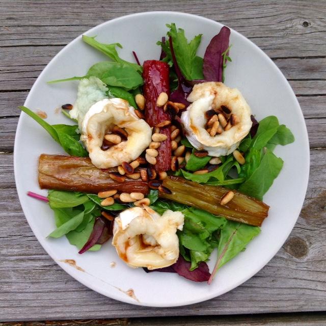 Evas Køkken: Salat med lun gedeost og smørstegte rabarber