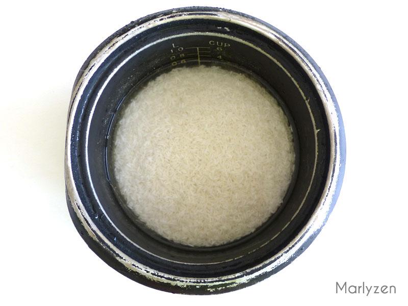 Lavez et rincez le riz à plusieurs reprises.