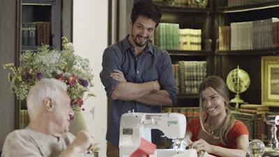 Marcos (Romulo Estrela) chega na biblioteca com o convite do lançamento — Foto: TV Globo
