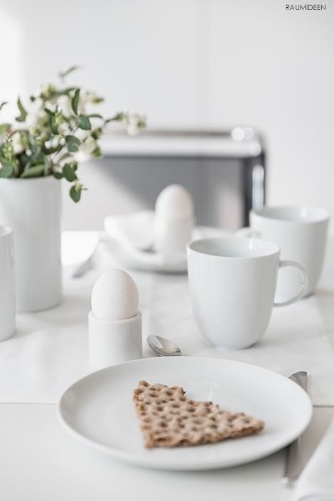 Dekoideen mit Knallerbsen, der Tisch ist für ein Frühstück gedeckt.