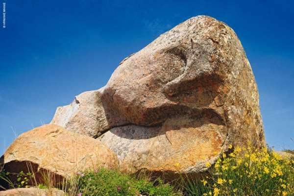 Γρανιτένιοι ηφαιστειογενείς ογκόλιθοι βρίσκονται διάσπαρτοι στο οροπέδιο του Βώλακα