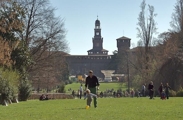 Criança e adulto brincando no Sempione Park