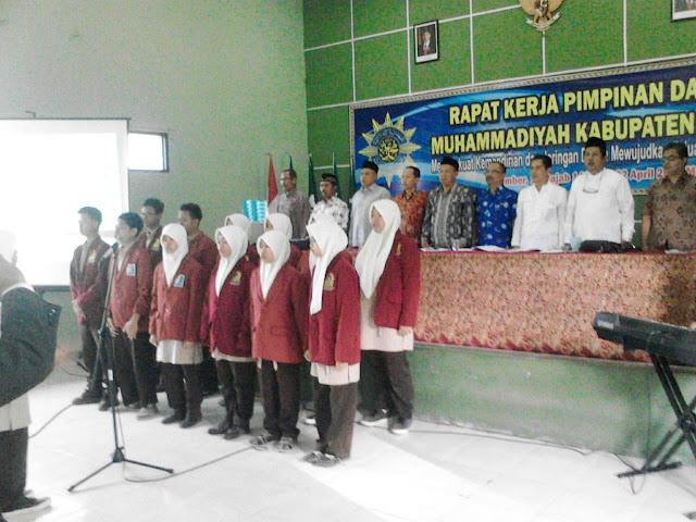 Siswa SMAM 3 menyanyikan lagu Indonesia Raya dalam Rakerpimda PDM Jember