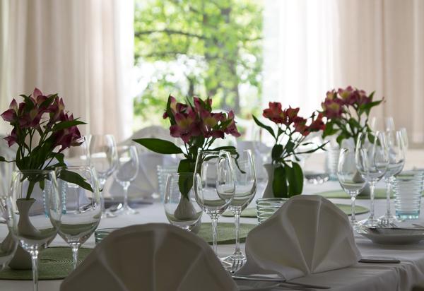 PauMau blogi nelkytplusbloggari nelkytplus Krapi Krapihovi Tuusula Rantatie päärakennus ravintola vaha kartano ruokasali valkoinen kattaus hääpaikka päivällinen kukka-asetelma