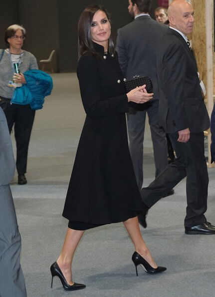Queen Letizia carried Bottega Veneta black knot ntrecciato satin clutch and wore Prada toe pumps at COP25 event