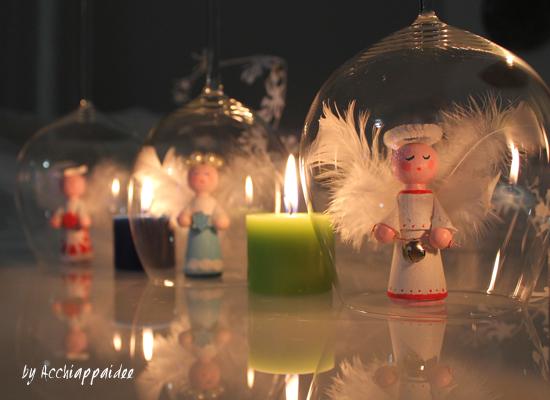 Angeli realizzati con coni di legno naturale