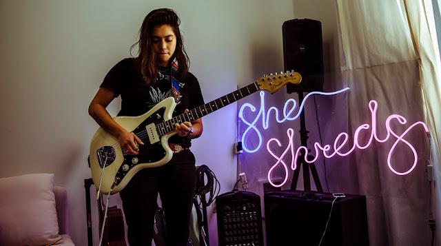 Fabi Reyna, Gitaris Perempuan Pendobrak Pihak Terpinggirkan di Industri Musik