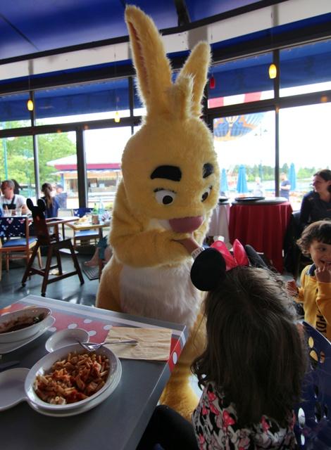 Conejo de Winnie the Pooh en el Café Mickey