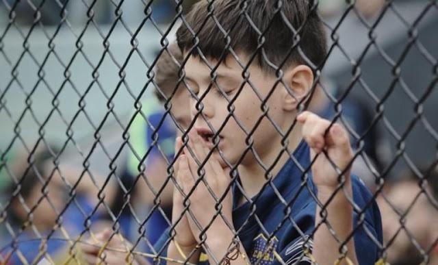 Συγκλονιστική φωτογραφία! Πιτσιρικάς προσεύχεται για την Μπόκα Τζούνιορς