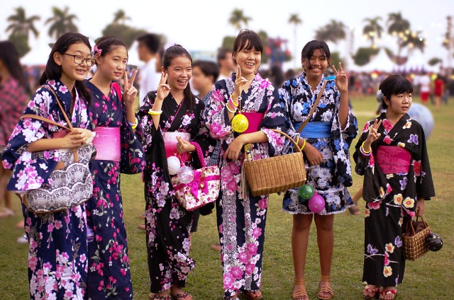 para gadis jepang dengan pakaian tradisional Kimono