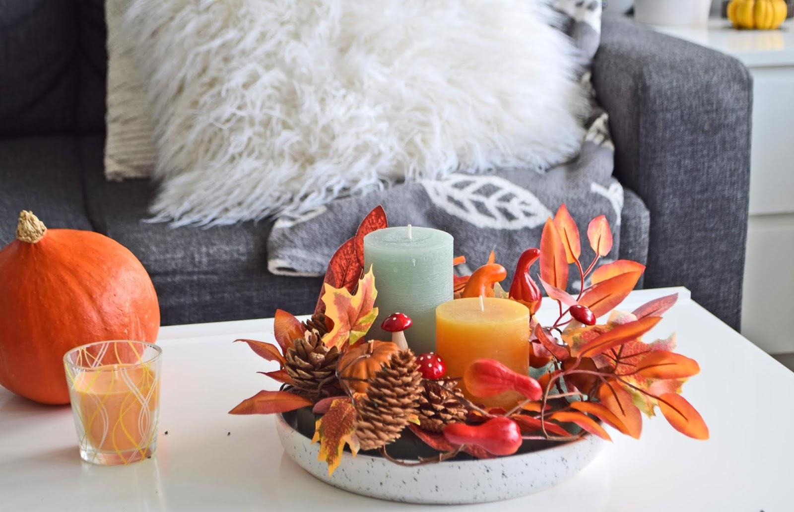 Jesienny stroik na stoliku kawowym