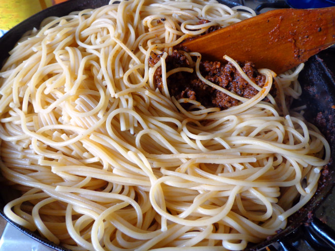 Whole-wheat spaghetti Bolognese by Laka kuharica: stir the spaghetti into the sauce