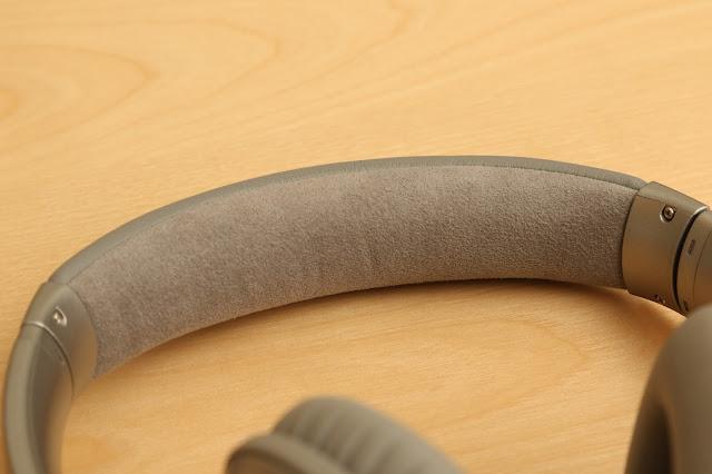 QC 35 在頭帶內側採用的 Alcantara 人造麂皮材質