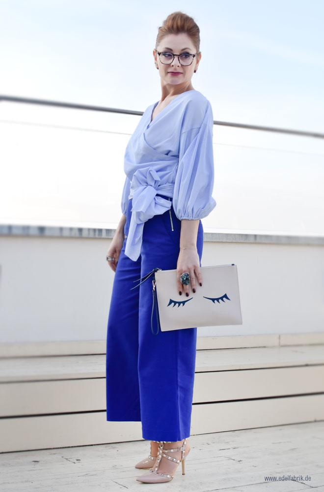 Royal Blaue Palazzohose, Bluse mit weiten Ärmeln und Schleife zum Binden