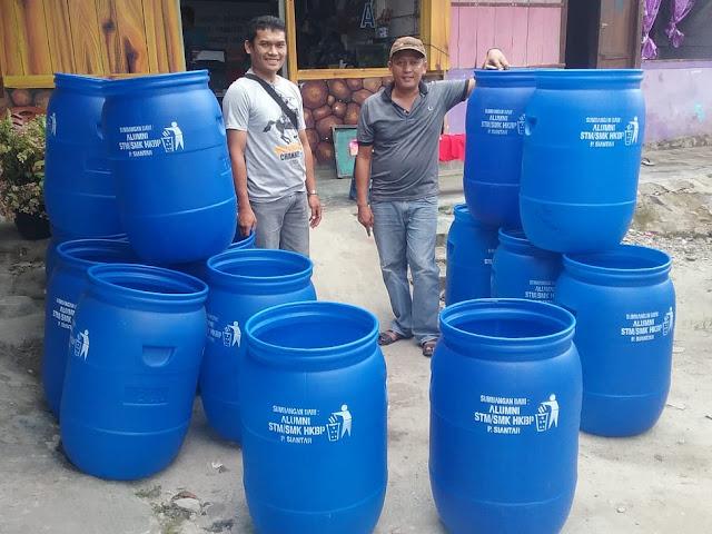 Peduli Wisata Danau Toba, Alumni STM HKBP Bagikan Tong Sampah