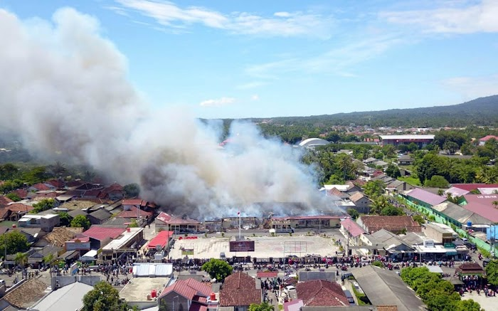Markas Polres Lampung Selatan Terbakar, Nanang Ermanto Tinjau Proses Pemadaman.